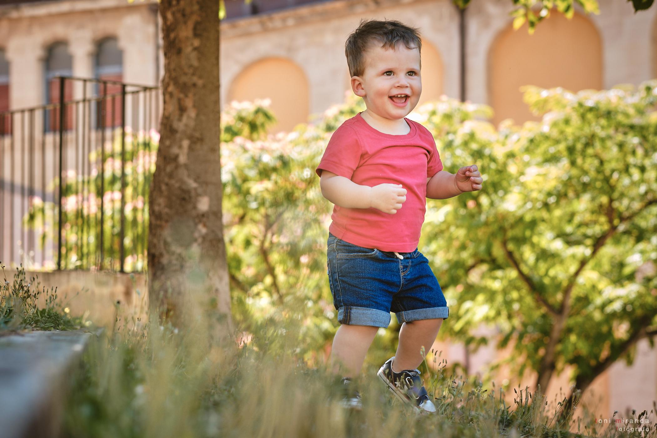 niño corriendo por el parque