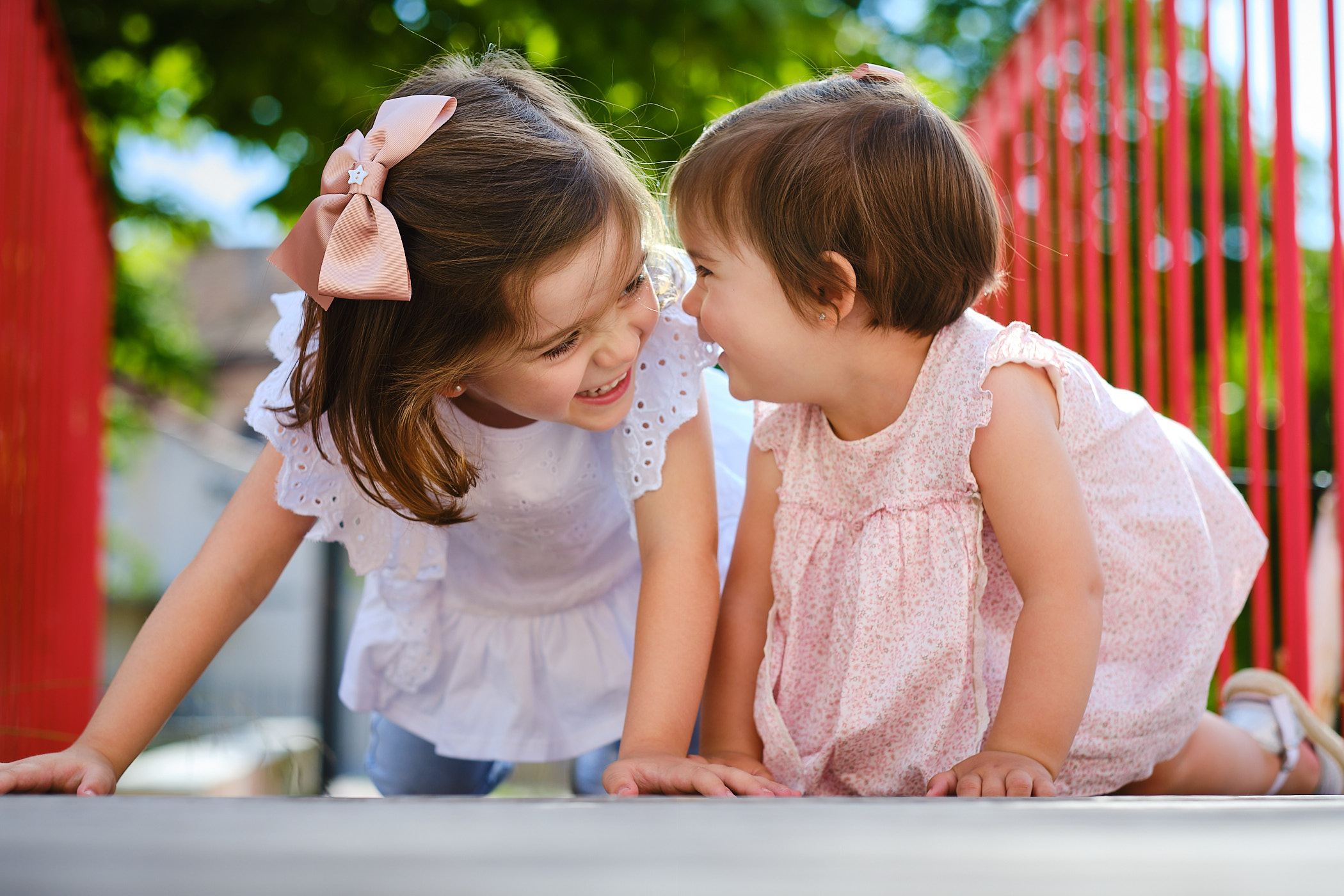 fotografia de hermanas jugando en el parque