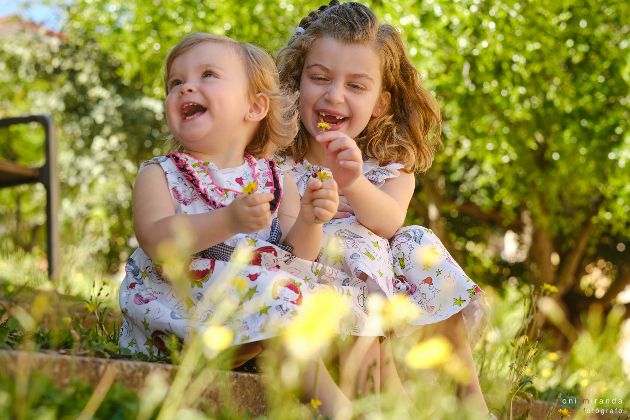 hermanas rubias mismo vestido en parque alcoy