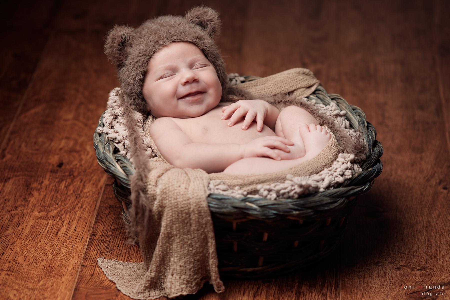 bebe feliz en cestita prop