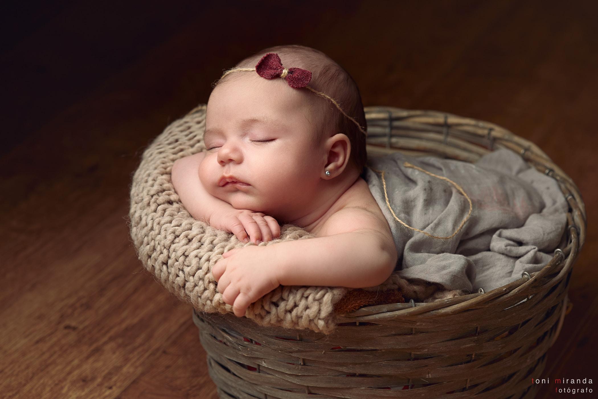 Bebe durmiendo en cestita