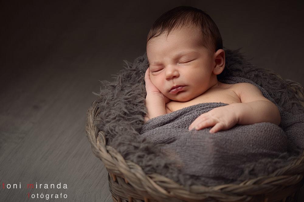 bebe durmiendo en cesta en sesión fotos alcoy