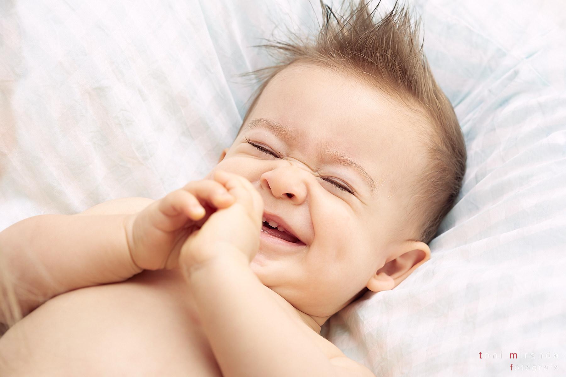 bebe alegre riendo
