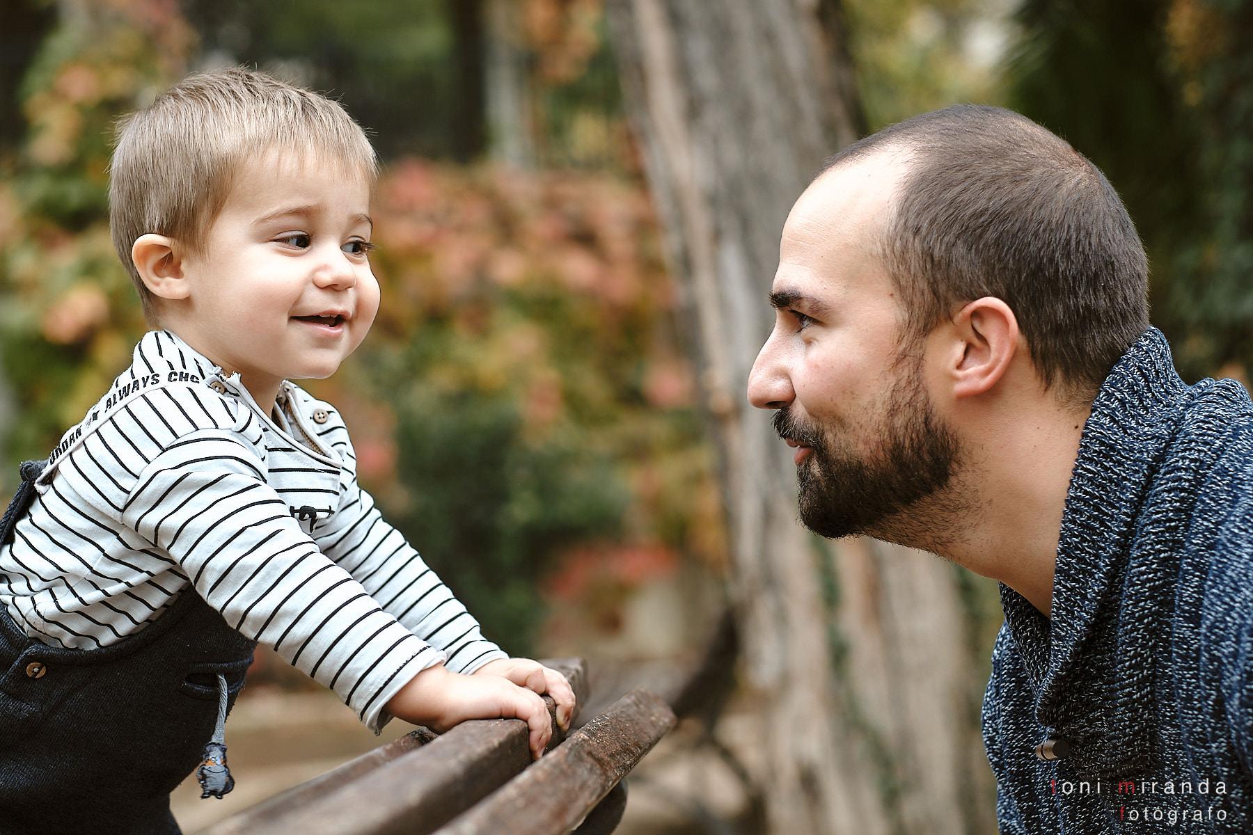 Niño sonriendo a su padre
