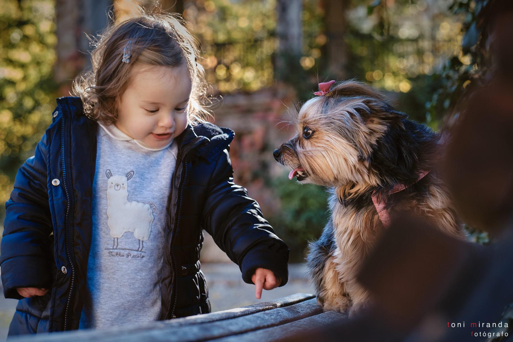 niña con perro en parque