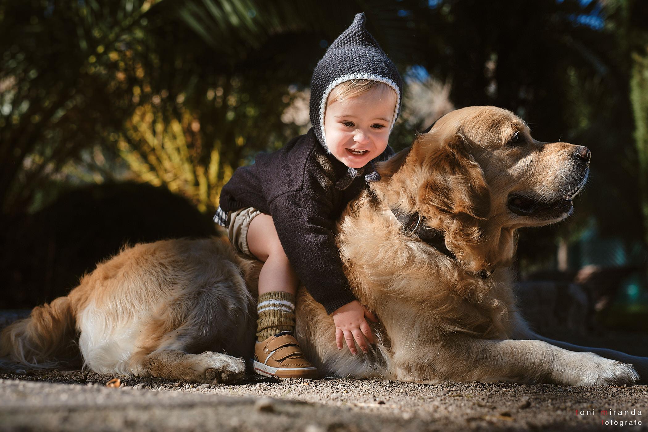 bebe con su perro en el parque