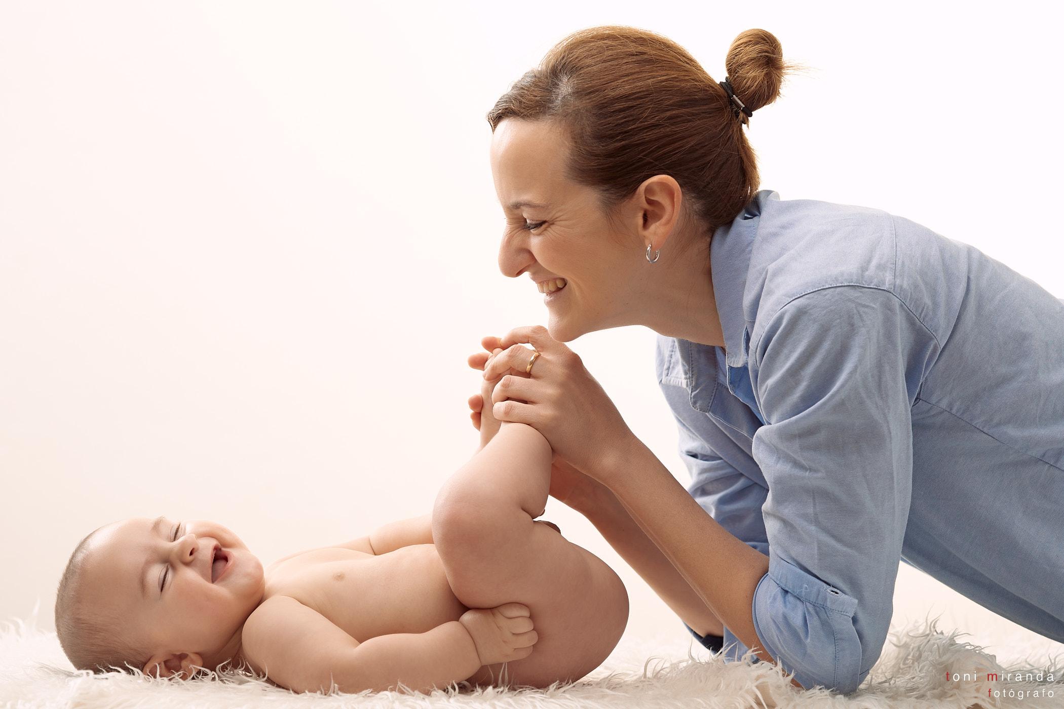risa de bebe con su madre en sesion