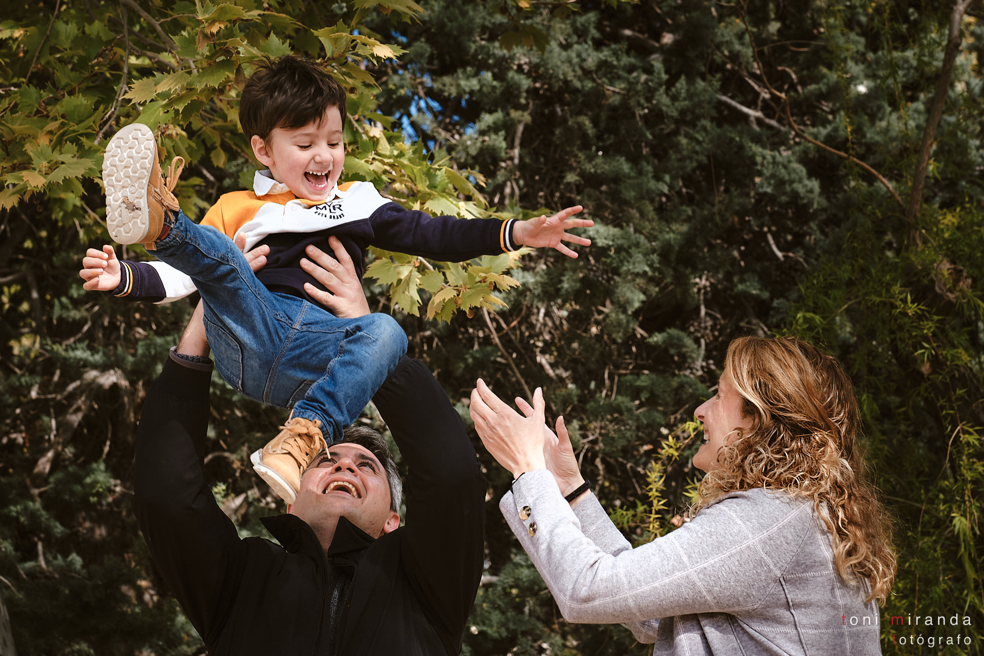 niño con sus padres en parque